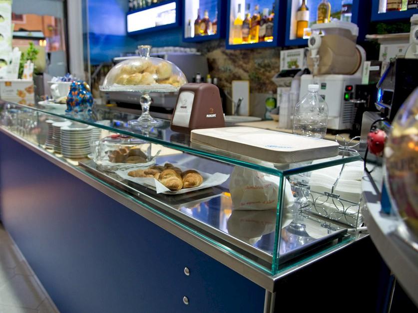 Arredi e attrezzature professionali per bar a torricella for Arredi per bar